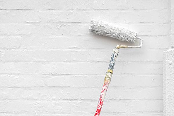 peindre un mur blanc-wallon